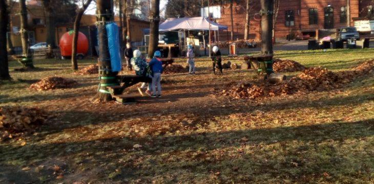Wspólna praca się opłaca – sprzątanie w parku Linowym w Goczałkowicach Zdroju.