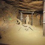 Dwie figury górników wydobywjących kruszec oraz narzędzia krórymi wówczas pracowano.