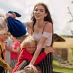 Uśmiechnięte wychowanki w trakcie zabawy, po wygranej walce na belce podczas pobytu w Przystani Piratów.