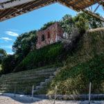 Ruiny kościoła podmytego przez morze w Trzęsaczu.